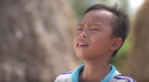 Chính vì thế, ngoài giờ học, Hồ Văn Cườngchấp nhận đi hát đám cưới để phụ cha mẹ trang trải cuộc sống. Tấm lòng hiếu thảo của cậu békhiến người hâm mộ vô cùng xúc động.
