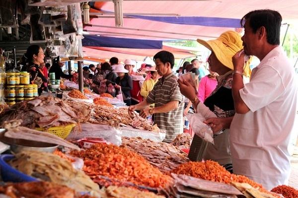 Ai cũng mong muốn đem về những món hải sản khô siêu chất lượng. (Ảnh: Internet)