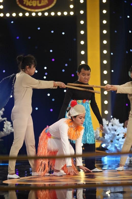 Cả hai đã có những màn đối đáp khiến 5 vị giám khảo và khán giả phải bật cười. - Tin sao Viet - Tin tuc sao Viet - Scandal sao Viet - Tin tuc cua Sao - Tin cua Sao