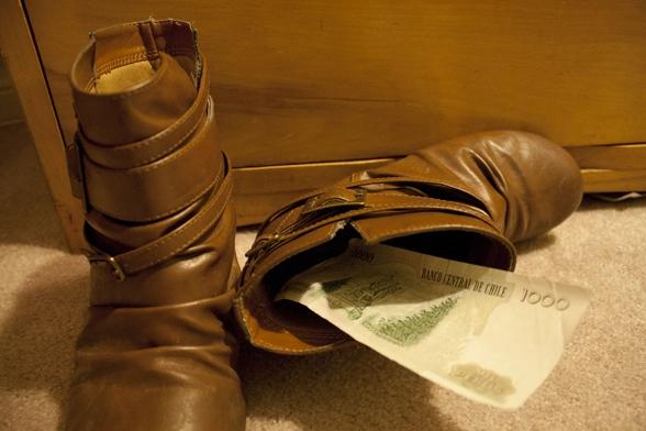 Nhét trong giày và cứ thế vứt vào xó, giày càng bốc mùi càng tốt, vì sẽ chẳng ai dám nghĩ đến chuyện lại gần chúng đâu.