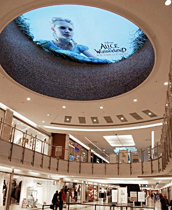 Bảng quảng cáo của Alice in Wonderland đã lựa chọn vị trí cực kỳ phù hợp khi in hình cô bé Alice đang nhìn xuống chiếc hang thỏ huyền thoại dẫn cô đến Xứ sở Thần tiên ngay trên trần một trung tâm thương mại.