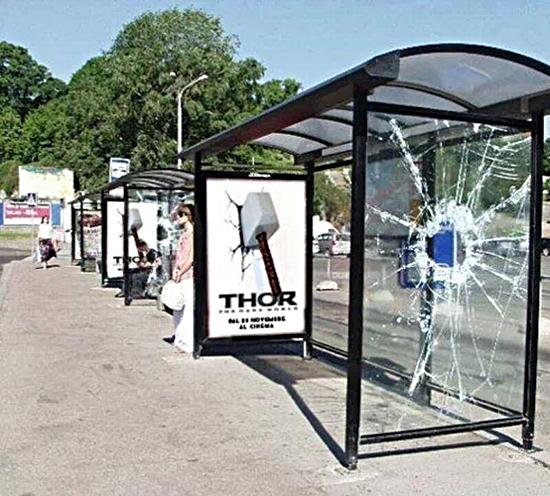 Thần sấm Thor trong bộ phim cùng tên có phải đã có cách quảng cáo cho phim hơi... bạo lực và phá hoại tài sản công không nhỉ? Nhưng dù thế nào thì trông những trạm chờ xe buýt này cũng hết sức ấn tượng.