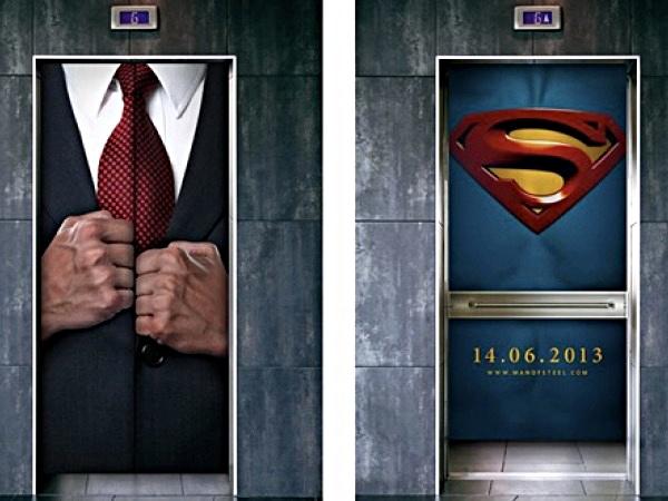 Chàng nhà báo điển trai Clark Kent chỉ cần cởi lớp áo vest bên ngoài ra là đã biến hình thành Siêu Nhân cứu thế. Trước đây chàng hay dùng bốt điện thoại nhưng giờ thì đã hiện đại hơn, dùng thang máy cho nhanh.
