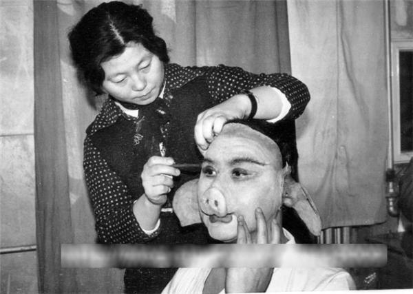 Mã Đức Hoa phải chịu nóng bức, ngột ngạt bên trong chiếc bụng giả bằng nhựa cũng như các bộ phận khác trên mặt.