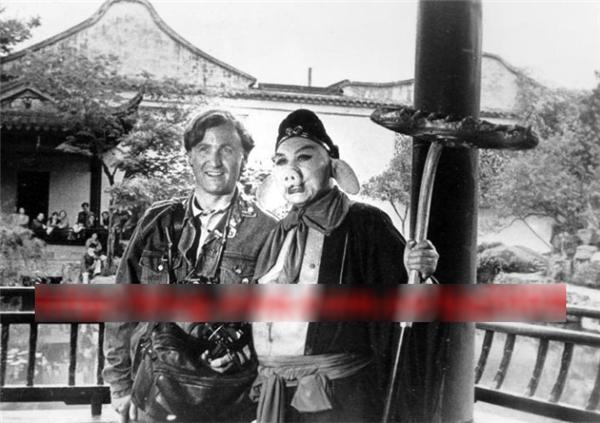 Mã Đức Hoa chụp ảnh cùng một phóng viên nước ngoài.