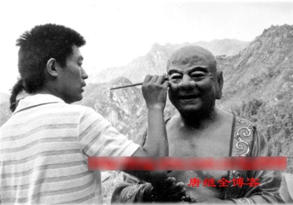 Diễn viên Thiết Ngưu (Phật Di Lặc) là cây hài của đoàn làm phim, kể chuyện cười kể cả khi đang hóa trang.