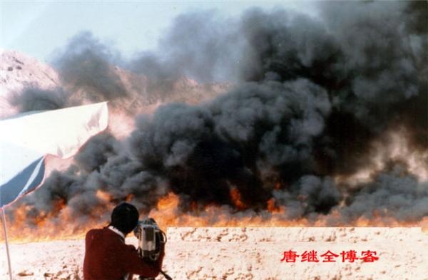 Để thực hiện cảnh quay Hỏa Diệm Sơn phừng phực lửa cháy, đoàn làm phim phải rưới dầu và châm lửa đốt trên một đoạn núi đá ở Thổ Lỗ Phồn.