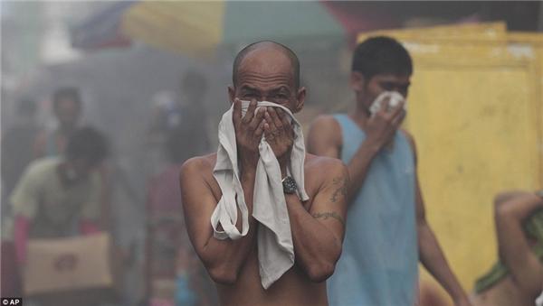 Dùng khăn thấm nước sẽ giúp chúng ta không bị ngạt khói. (Ảnh: Internet)