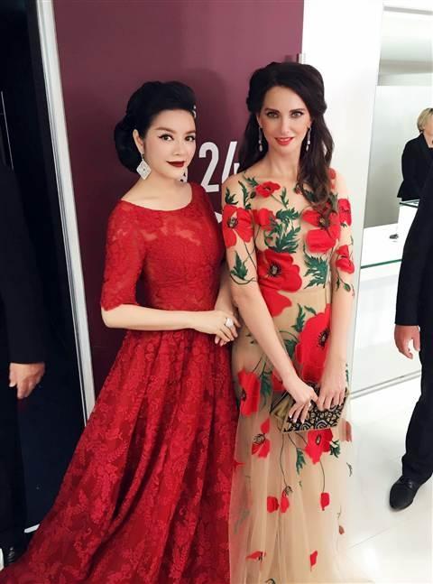 Cùng diện váy xòe, Lý Nhã Kỳ còn nổi bật hơn nữ diễn viên Frédérique Bel. Cả hai vui vẻ trò chuyện, chụp ảnh lưu niệm trước khi bước lên thảm đỏ.