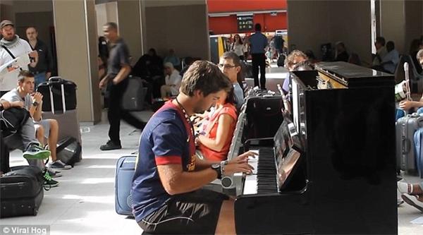 """15. Có hàng tá đàn piano được đặt khắp các ga tàu hỏa ở Paris. Đây là dự án cộng đồng có tên """"Play me, I'm yours"""", được áp dụng ở nhiều thành phố trên toàn thế giới. Đoạn clip về hai chàng khách du lịch không quen biết nhau cùng đàn piano khiến cộng đồng mạng nghiêng ngả trước đây cũng được quay tại một trong số các ga ở Paris. (Ảnh: Internet)"""