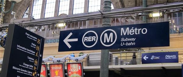 """16. Hệ thống tàu hỏa ở Paris từng được gọi là """"Métro Express Régional Défense-Étoile"""", nhưng sau khi phát hiện tên viết tắt của cụm từ này """"vô tình"""" trùng với một từ chửi thề trong tiếng Pháp, người ta đã đổi tên nó thành """"Réseau Express Régional"""". (Ảnh: Internet)"""