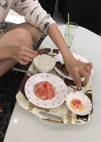 """Bữa ăn giản dị của """"nữ hoàng nội y"""" khiến nhiều khán giả ngỡ ngàng. - Tin sao Viet - Tin tuc sao Viet - Scandal sao Viet - Tin tuc cua Sao - Tin cua Sao"""