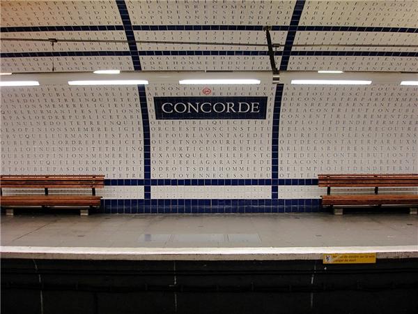 18. Tại ga Concorde, có một đoạn được trích từ bản Tuyên Ngôn Nhân Quyền và Dân Quyền năm 1789. Mỗi viên gạch chứa một chữ cái, ghép lại sẽ thành từ và câu hoàn chỉnh. Đây là công trình của kĩ sư Françoise Schein, hoàn thành năm 1990. (Ảnh: Internet)