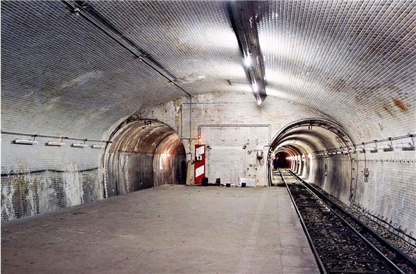 """21. Ngay tại thành phố hiện đại này cũng có những ga tàu bị bỏ hoang. Cái tên """"nổi bật"""" nhất trong số này là ga Porte Molitor, được xây dựng năm 1923 với mục đích đưa hành khách đến với sân vận động Parc des Princes. Ngày nay, nơi đây chỉ được sử dụng với mục đích duy nhất là… nghĩa trang của những toa tàu hư hỏng. (Ảnh: Internet)"""