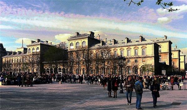 24. Ở Quận 10 có một ngôi nhà cổ nằm trong dự án Haussman – dự án tái quy hoạch và hiện đại hóa Thủ đô Paris của Pháp dưới thời đệ tam, nhưng thật ra đây chỉ là… công trình giả. Nó được xây dựng để bao bọc hệ thống thông gió của hệ thống tàu hỏa đồ sộ của thành phố này. (Ảnh: Internet)