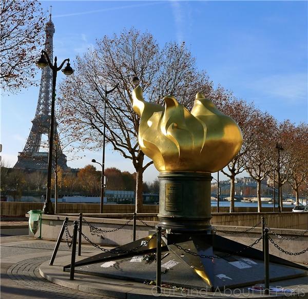 26. Ngoài ra, bạn cũng có thể tìm thấy ngọn đuốc của Nữ thần Tự do nằm ở gần cầu Alma. Đây là món quà mà tờ báo International Herald Tribune gửi tặng người dân Pháp vào năm 1987 để tôn vinh tình hữu nghị giữa Pháp và Mĩ. (Ảnh: Internet)