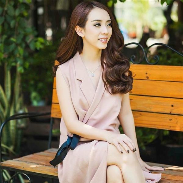 """Hình ảnhđiệu đà và nữ tính hiếm hoi của """"Hoa hậu làng hài"""" Thu Trang."""