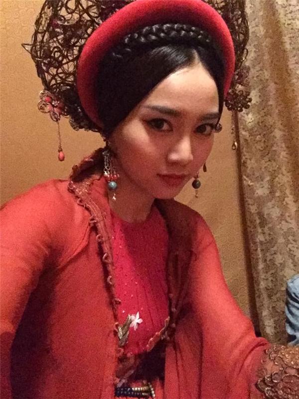 Ninh Dương Lan Ngọc khoe tạo hình cô Cám vô cùng lung linh, lộng lẫy với váy áo nhiều lớp thiết kế tinh xảo, khăn xếp cũng hết sức cầu kì.