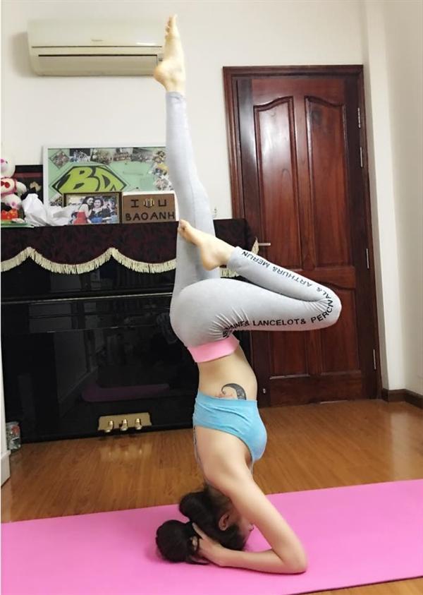 Bảo Anh dành thời gian rảnh rỗi ở nhà để tập luyện Yoga, nhờ chế độ sinh hoạt khoa học và lành mạnh mà nữ ca sĩ luôn sở hữu hình thể thon gọn, săn chắc.