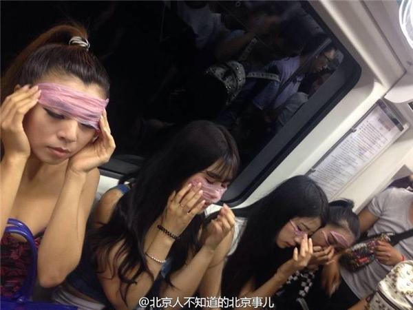 Tin cho biết, những bức ảnh bị cư dân mạng nhận xét là quá phản cảm và thô tục bởi vì nhóm cô gái này đã sử dụng bao cao su để đắp lên mặt như đang đắp mặt nạ bảo vệ da. (Ảnh: Internet)