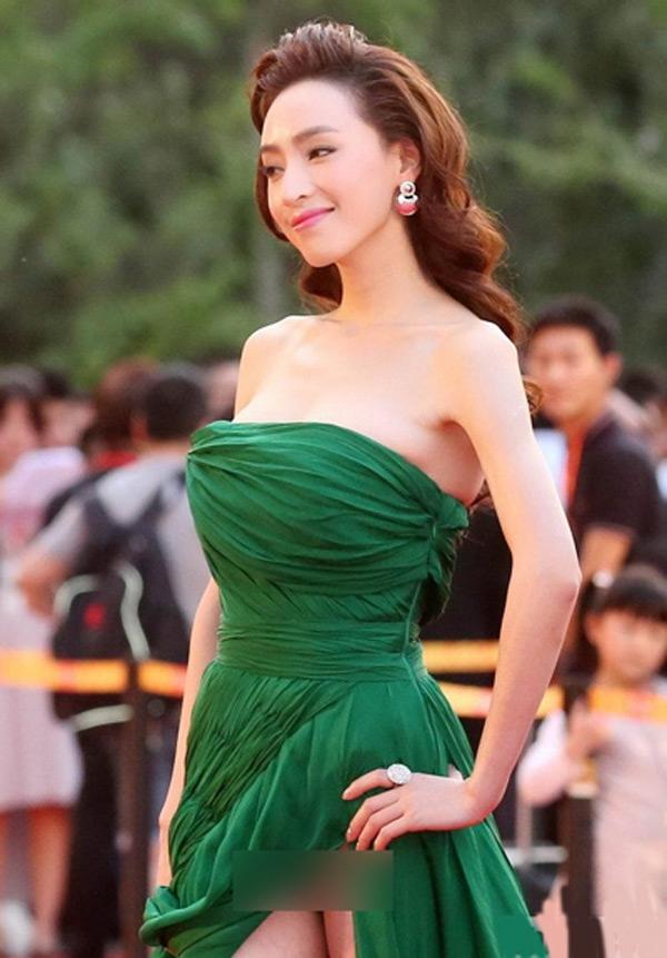 Các sao nữ châu Á ngày càng táo bạo hơn trong việc ăn mặc. Nhiều người đẹp không ngại diện váy xẻ cao tới phần nhạy cảm khi dự thảm đỏ, gây hớ hênh trước khán giả.