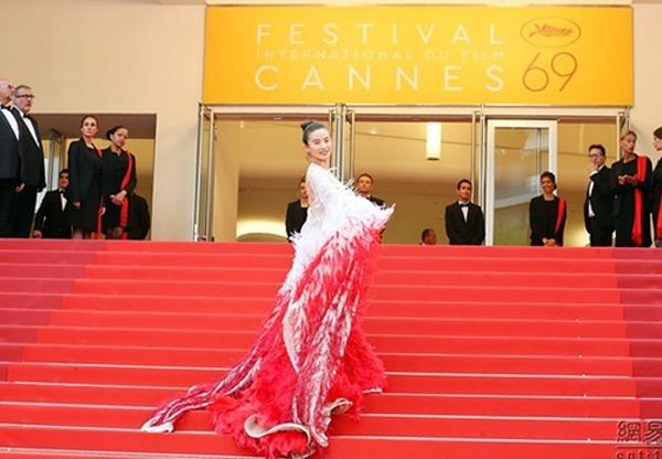 Trên thảm đỏ Cannes hồi tháng 5, Triệu Nhĩ Linh lề mề chụp ảnh. Khi bị nhắc nhở, nữ diễn viên tiếp tục đi một bước dừng một bước, nhằm lọt vào ống kính máy quay trực tiếp của ban tổ chức.