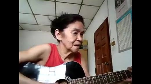 Cụ bài vừa đàn vừa hát tiếng Anh khiến cộng đồng mạng xốn xang