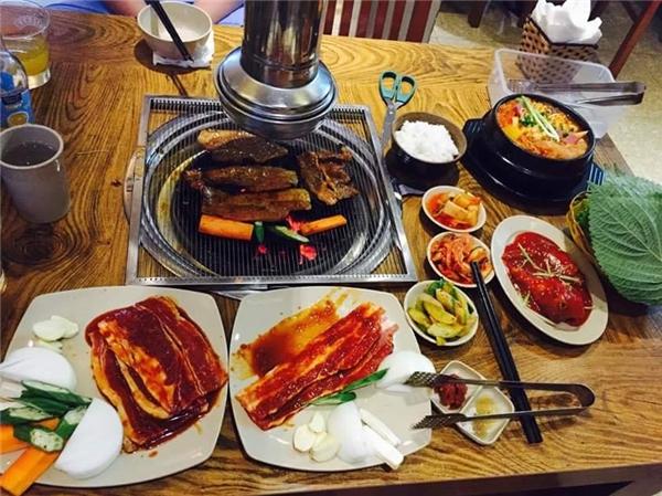 """Ngoài sườn xào cay phô mai mới toanh thì ở đây cũng phục vụ rất nhiều món ăn """"chuẩn Hàn"""" khác với giá cả cũng khá phải chăng nữa nhé. (Ảnh: Internet)"""