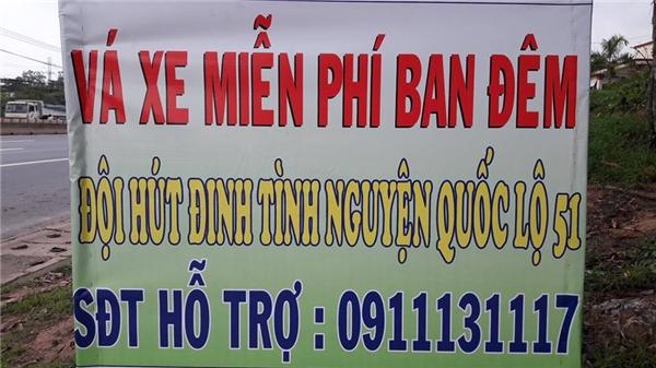 Tấm biển thông tinhỗ trợ vá xe miễn phí cùng số điện thoại của nhóm hút đinh. (Ảnh: Internet)
