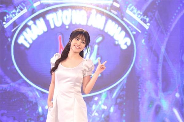 """Mới đây, khi ngồi """"ghế nóng"""" Vietnam's Idol Kids 2016, nữ ca sĩ Văn Mai Hương tiếp tục nhận lời chê bai từ khán giả. Họ cho rằng cô kém duyên và diễn lố trên sóng truyền hình bởi sự xúc động quá nhiều. - Tin sao Viet - Tin tuc sao Viet - Scandal sao Viet - Tin tuc cua Sao - Tin cua Sao"""