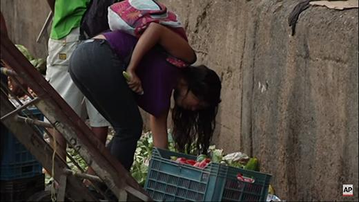 Rơi nước mắt trước cảnh người dân phải bới rác để ăn