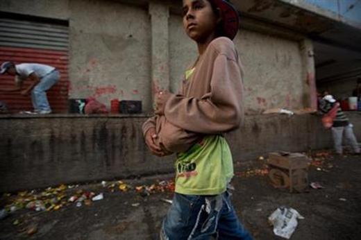 Thậm chí, họ còn phải lấy những đồ ăn từ bãi rác để bán lấy tiền để sinh sống. (Ảnh: Internet)