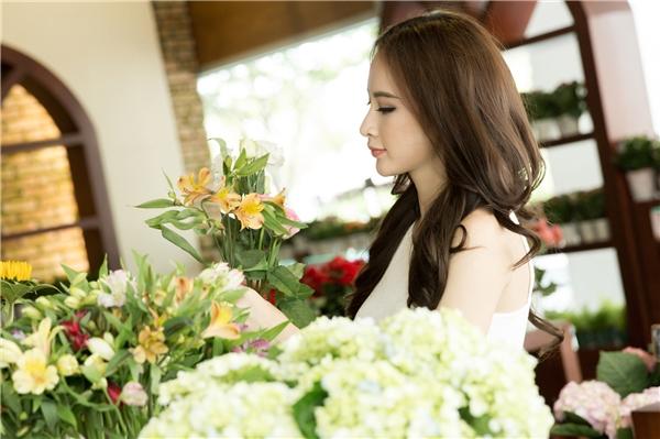 Tranh thủ thời gian rỗi, Bà mẹ nhíghé ngang cửa hàng mua hoa để trang trí nhà cửa và đi chăm sóc sắc đẹp.