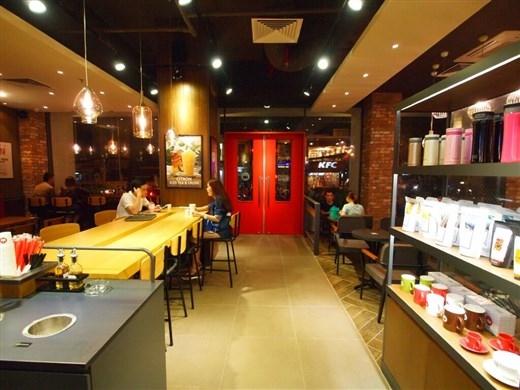 Không gian ấm cúng, sang trọng tại Hollys Coffee