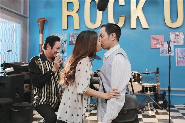 Theo yêu cầu của đạo diễn Charlie Nguyễn, nhân vật của Phi Huyền Trang phải bất ngờhôn Thái Hòa nhiều lần và thật nồng nàn.