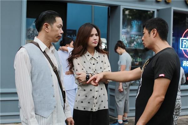 """Dẫu vậy, phân cảnh hôn giữa hai người vẫnphải đến 8 lần quay nữa thì đạo diễn Charlie Nguyễn mới hài lòng và """"buông tha""""Phi Huyền Trang- Thái Hòa."""
