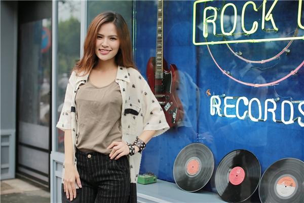 Sở hữu ngoại hình sáng với gương mặt đẹp, thân hình quyến rũ hút hồn, Phi Huyền Trang bước vào làng giải trí từ việc tham gia diễn xuất trong các MV ca nhạc.