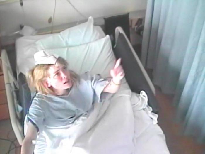 Những cử chỉ quái dị của Susannah khi cô đang lên cơn ở bệnh viện. (Ảnh: Internet)