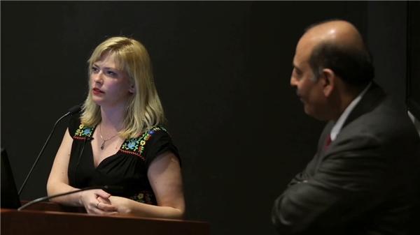 Susannah và bác sĩ Souhel trong một cuộc trò chuyện trước công chúng.