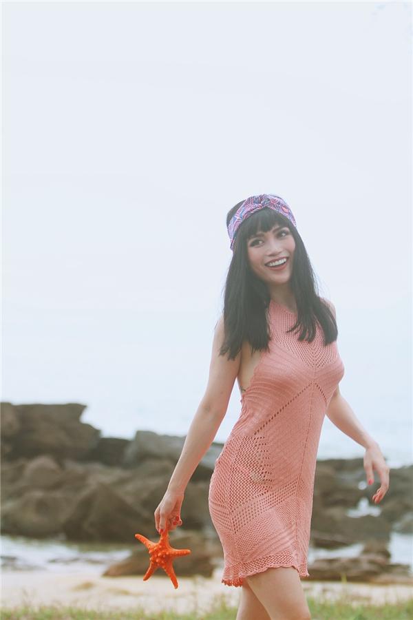 Đi biển vào đúng mùa nắng đẹp nên trong hành lícủa Sĩ Thanh mangrất nhiều trang phục gợi cảm, đặc biệt làbikini.