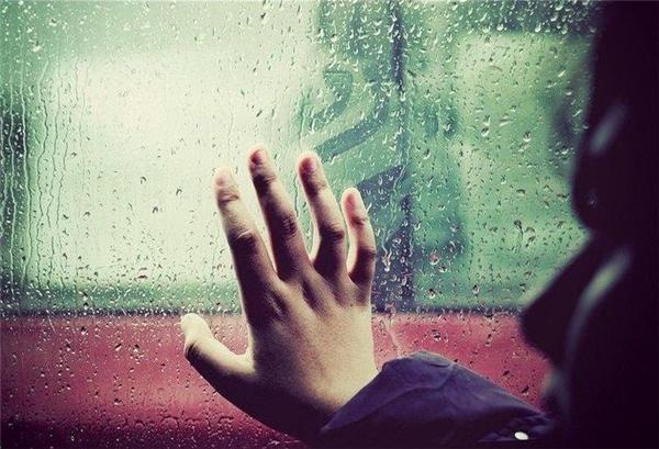 Hi sinh bản thân chấp nhận đau khổ để người mình yêu hạnh phúc làcao thượng hay là ngu dại? (Ảnh: Internet)