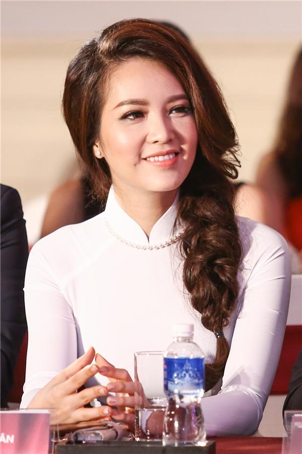 Á hậu Thụy Vân diện tà áo dài trắng khoe vẻ đẹp đằm thắm, ngọt ngào.