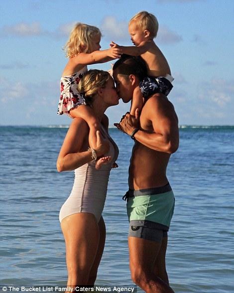 Hình ảnh hạnh phúc khiến mọi người phải ganh tị của gia đình trẻ. (Ảnh: Internet)