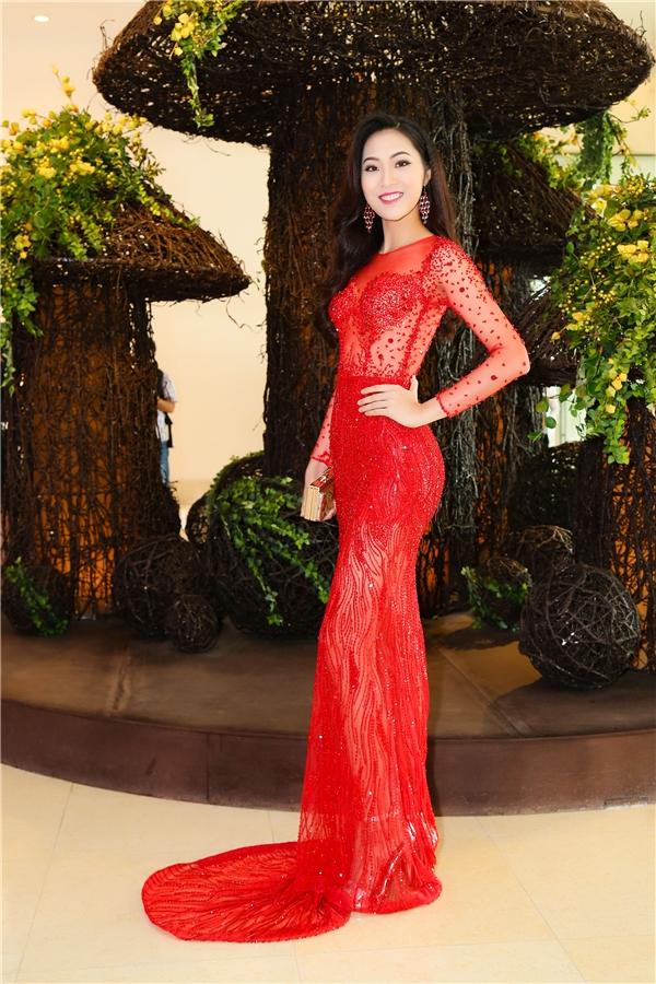 Diệu Ngọc diện váy xuyên thấu gợi cảm khoe đường cong với sắc đỏ nổi bật, thu hút. Thiết kế được thực hiện trên nền lưới kết hợp đá quý đính kết.