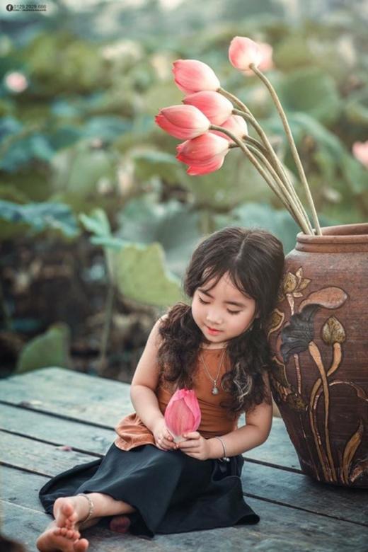 Tạo dáng bên những đóa hoa sen thơm ngát.