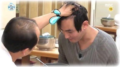 Từ sau khi hoàn thành nghĩa vụ quân sự vào năm 2010, các fan bắt đầu nhận thấy mái tóc của Kangta ít đi trông thấy. Đường chân tóc bị thụt lùi cho thấy anh đang phải đối mặt với nguy cơ bị hói đầu.