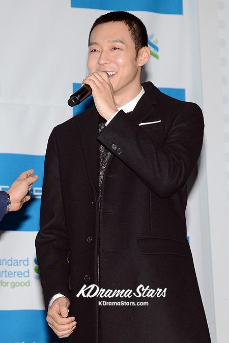 """Vầng trán cao và mái tóc bị hõm vào hai bên ghi tên Yoochun (JYJ) vào danh sách """"Sao nam đối mặt với nguy cơ hói đầu""""."""