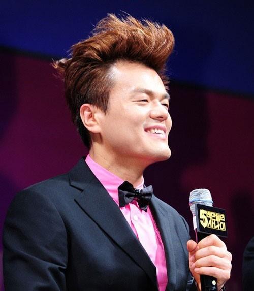 Mặc cho mái tóc đang đối mặt với nguy cơ bị hói đầu nhưng Park Jin Young vẫn tự tin khoe khuyết điểm với kiểu tóc dựng quen thuộc.