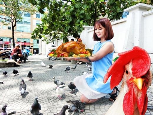 """Ai lại nỡ lòng nào ghép tấm ảnh """"dã man"""" thế này chứ? Có lẽ trên tay cô gái là... con gà mái còn con gà trống thì đang thẫn thờ vì đau khổ chăng?"""