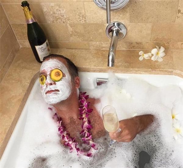 Ý tưởng hoàn hảo gồm tắm bồn, rượu champagne, mặt nạ trái cây, hoa thơm thư giãn không thua kém các cô gái.